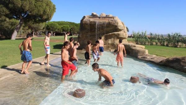 Nuestros Chicos Se Remojan En El Parque De Agua Del Coto De La Isleta